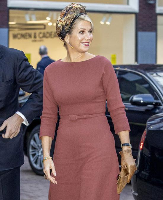 Королева Нидерландов в простом платье, перчатке и с красивым браслетом на другой руке