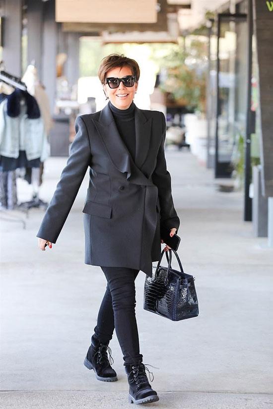 Крис Дженнер в черном оверсайз пиджаке
