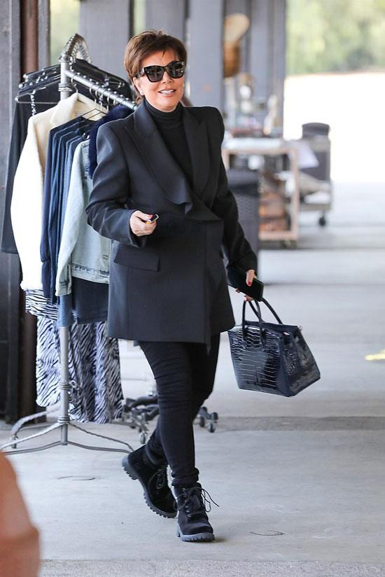 Крис Дженнер в черном оверсайз пиджаке и джеггинсах