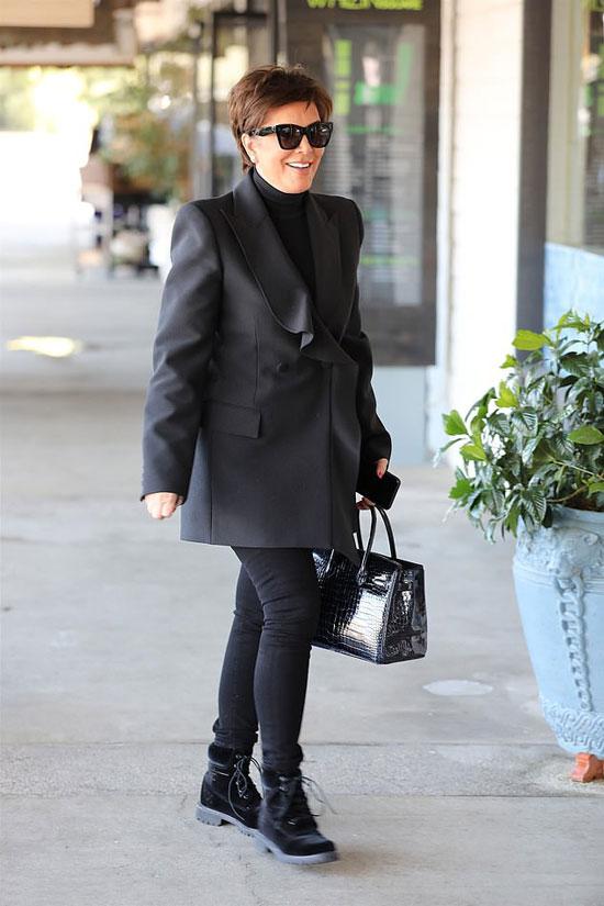 Крис Дженнер в черном оверсайз пиджаке, джеггинсах и ботинках