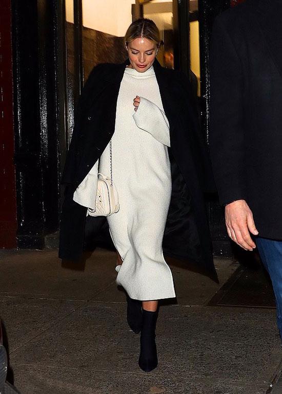 Марго Робби в белом платье-свитере и черном пальто