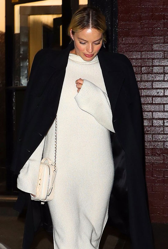 Марго Робби в белом платье-свитере и сумкой на цепочке