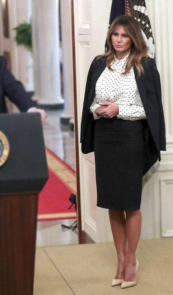 Мелания Трамп в блузе в горошек и роскошных туфлях