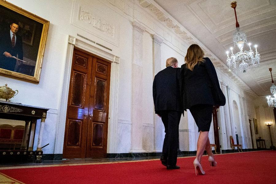 Мелания Трамп в роскошных туфлях и костюме