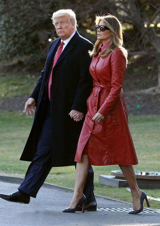 Мелания Трамп в красном кожаном плаще и туфлях на высоком каблуке