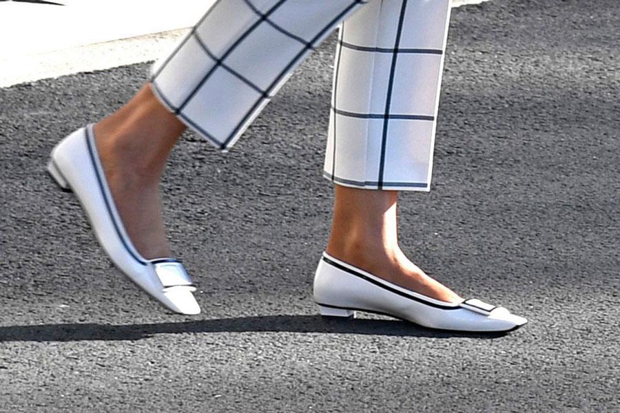 Мелания Трамп в белых туфлях на низком каблуке и с квадратным носком от Roger Vivier