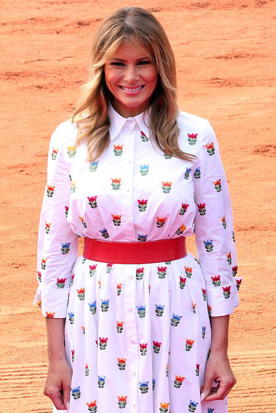Мелания Трамп в белом платье с цветами и с красным поясом