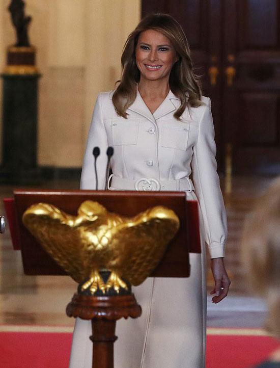 Мелания Трамп в белом пальто с карманами