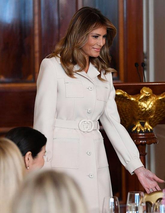 Мелания Трамп в белом пальто с карманами и поясом