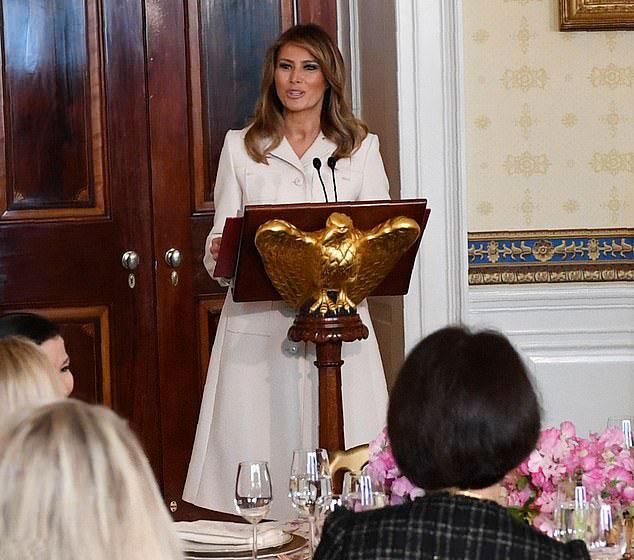 Мелания Трамп в белом пальто с зубчатым воротником
