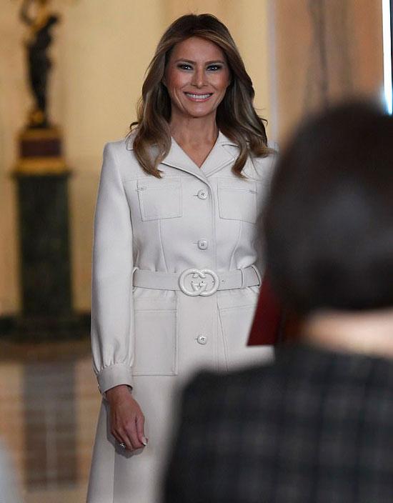 Мелания Трамп в белом пальто на пуговицах и с воротником
