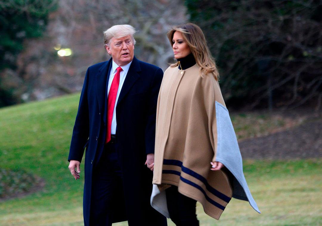 Мелания Трамп в пальто-одеяло и черной водолазке