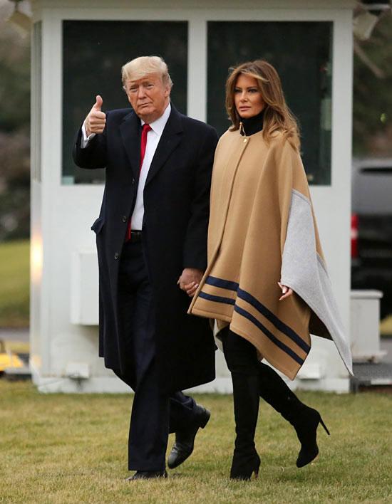 Мелания Трамп в пальто-одеяло, водолазке и замшевых сапогах
