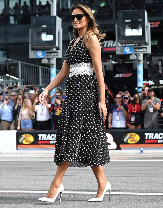 Мелания Трамп в черном платье с белым принтом, поясом и лодочках