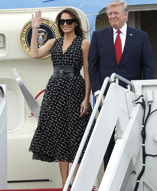 Мелания Трамп в черном платье с поясом и лодочках