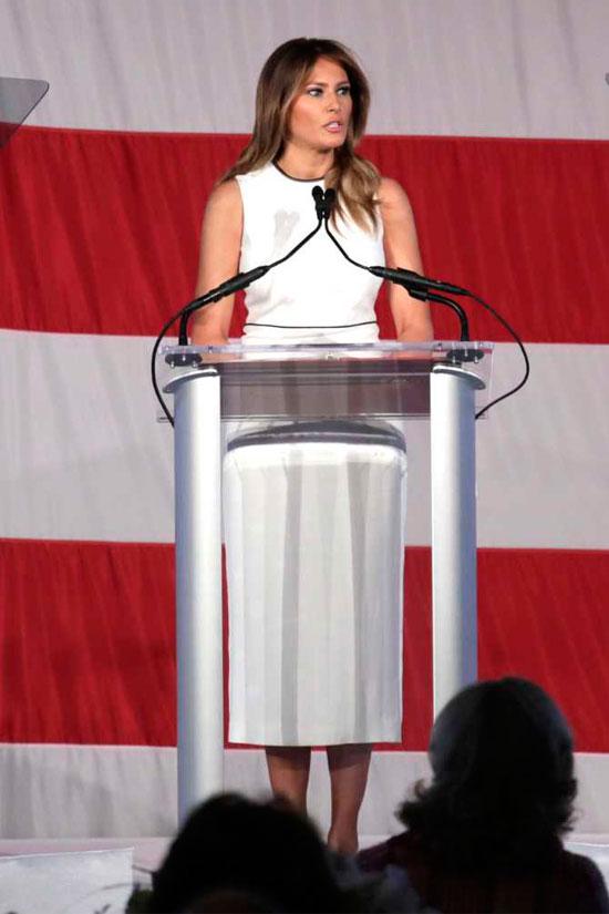 Мелания Трамп в белом платье миди без рукавов
