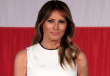 Мелания Трамп в элегантном белом платье-миди с тонкой черной полоской в районе талии