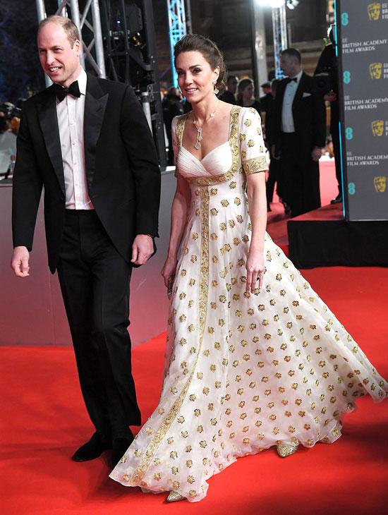 Кейт Миддлтон в бело-золотом платье с пышной юбкой и лодочках