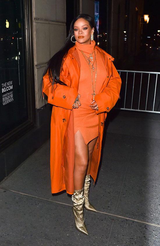 Рианна в оранжевом платье, плаще и золотых сапогах