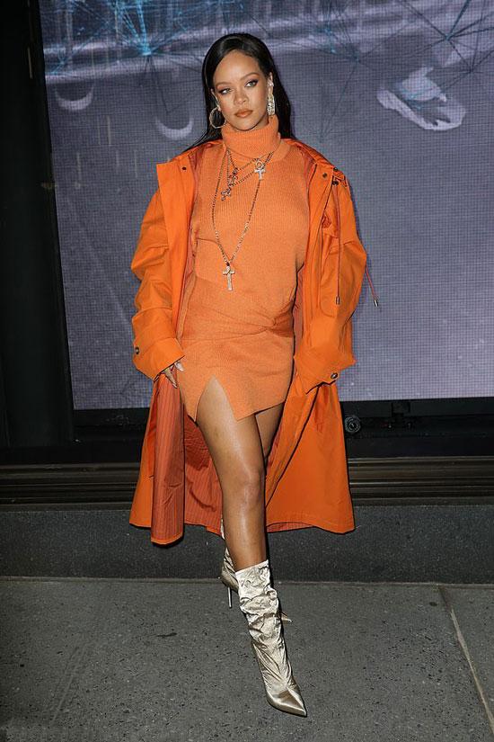 Рианна в оранжевом платье, крупных украшениях и золотистых сапогах