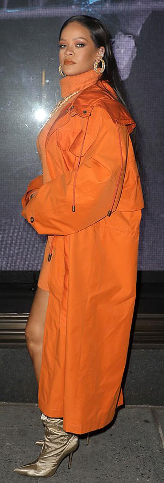 Рианна в ярком оранжевом наряде и золотистых сапогах