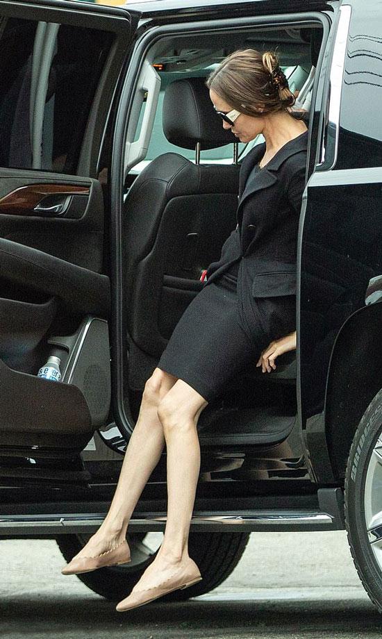 Анджелина Джоли в черном пальто, балетках и с дорогой сумкой