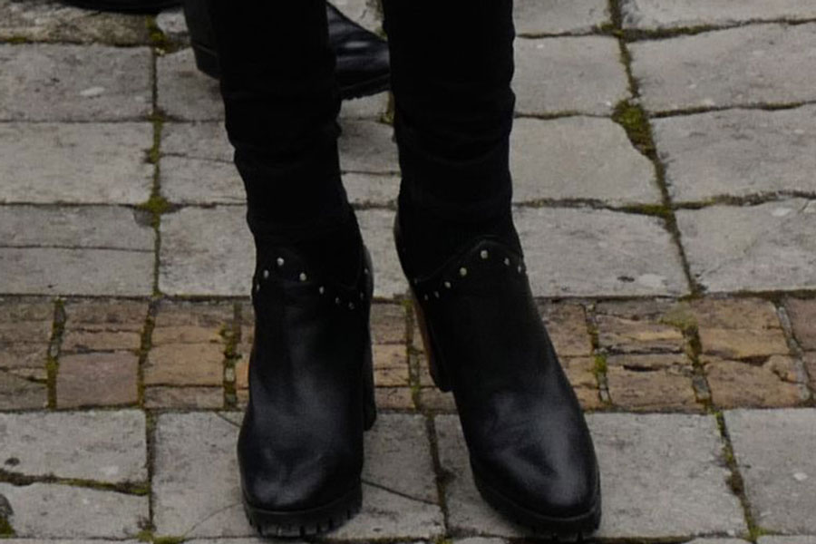 Брижит Макрон в черных рок-н-рольских ботинках