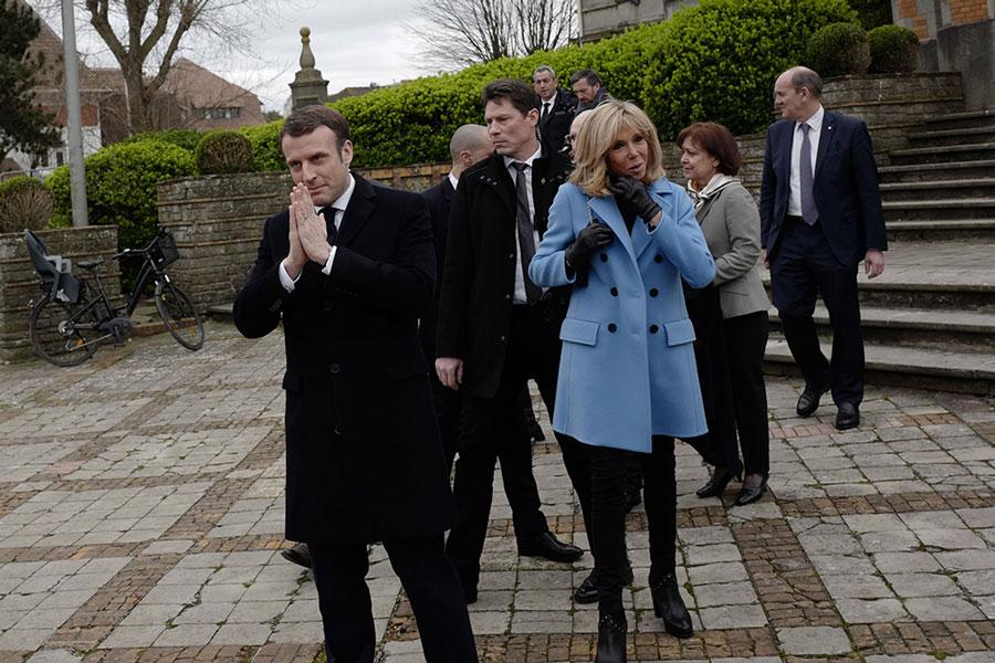 Брижит Макрон в голубом двубортном пальто и джинсах скинни