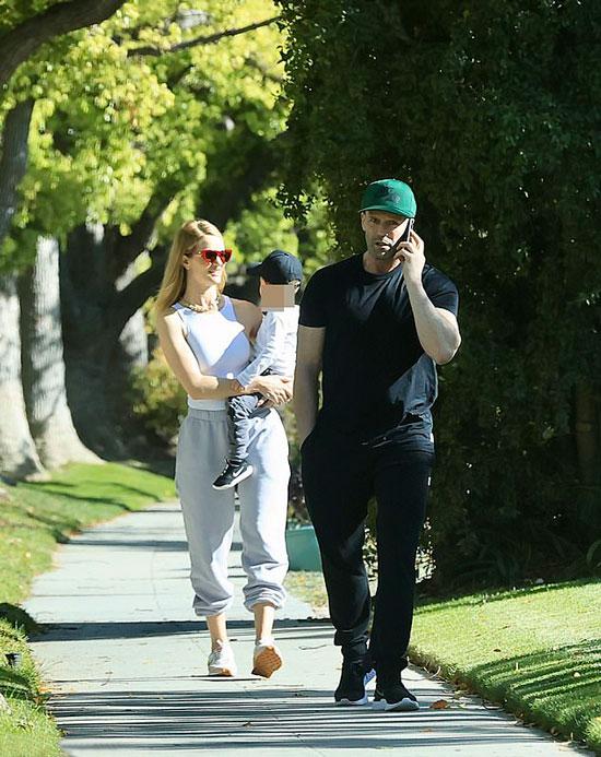 Джейсон Стейтем в черных спортивных брюках, Роузи в серых брюках и кроссовках