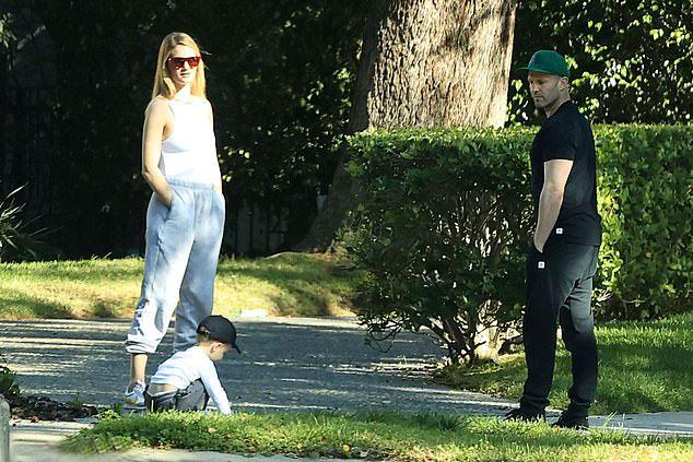 Джейсон Стейтем в черных брюках и зеленой кепке, Роузи в белом топе и кроссовках