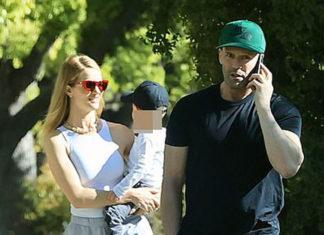 Джейсон Стейтем с женой в спортивных кроссовках, штанах и футболках выглядят счастливо и стильно