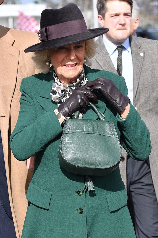 Герцогиня Камилла в зеленом пальто, черных перчатках и шляпе