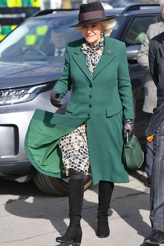 Герцогиня Камилла в зеленом пальто и черных сапогах