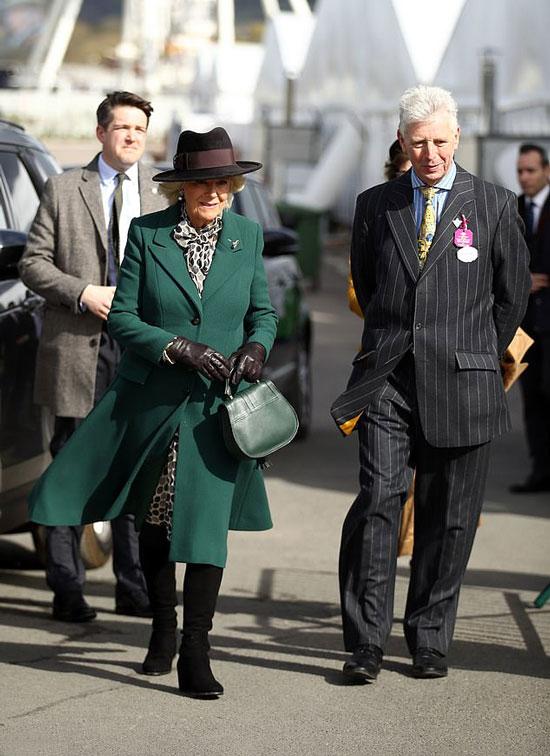 Герцогиня Камилла в зеленом пальто, черных сапогах и шляпе