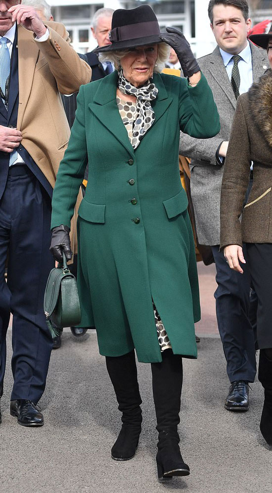 Герцогиня Камилла в зеленом пальто, черных сапогах и с зеленой сумкой