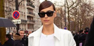 Ирина Шейк в белом плаще, модных ботильонах и с сумкой под рептилию выглядит безупречно