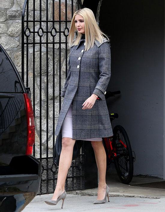 Иванка Трамп в клктчатом пальто, бледно-розовой юбке и серых лодочках