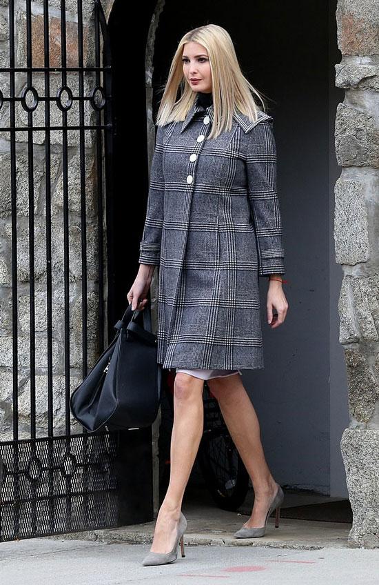 Иванка Трамп в приталенном пальто и с большой черной сумкой в руках