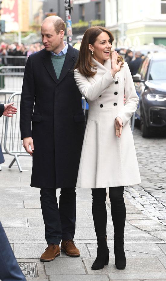 Кейт Миддлтон в белом пальто и черных джинсах-скинни