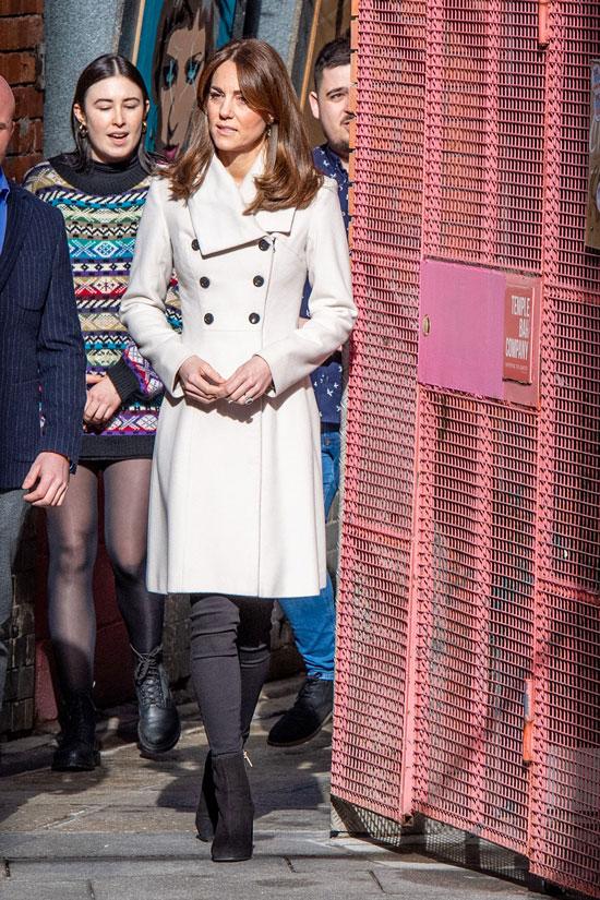 Кейт Миддлтон в приталенном пальто и узких черных джинсах