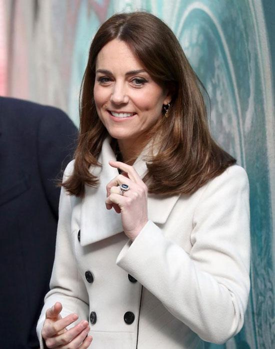 Кейт Миддлтон в белом пальто, джинсах-скинни и ботильонах