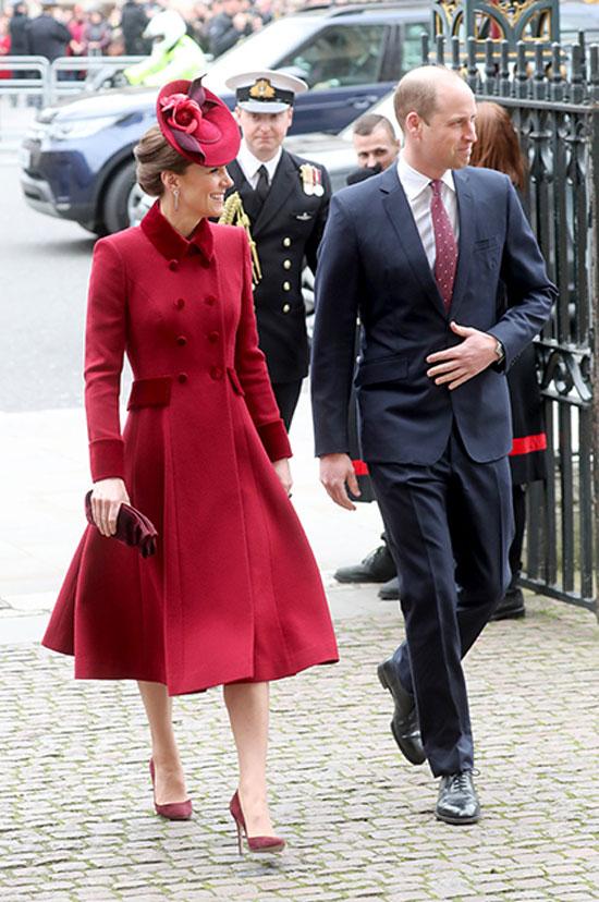 Кейт Миддлтон в изящном пальто, шляпке с цветами и дорогих туфлях выглядит очаровательно