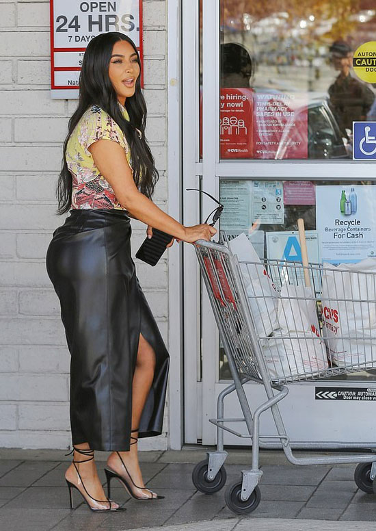 Ким Кардашьян в кожаной юбке, блузке и босоножках