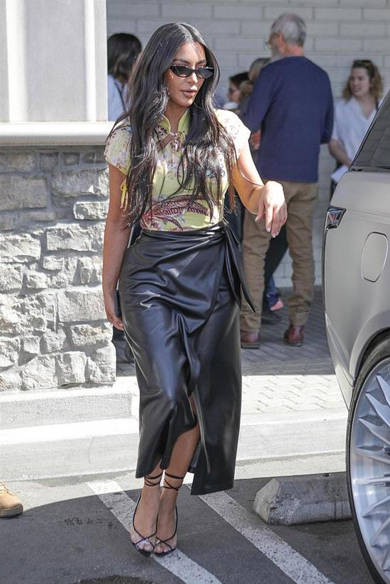 Ким Кардашьян в юбке из кожи, желтой блузке и босоножках