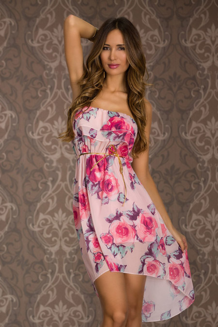 Девушка в летнем платье с принтом без лямок