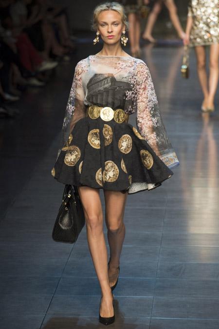 Модель в платье с расклешенной юбкой