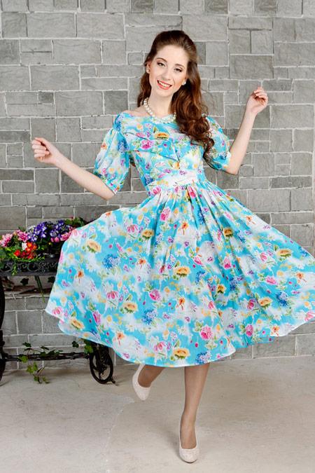 Девушка в голубом ретро-платье