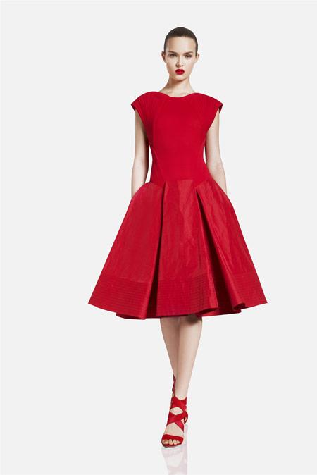 Девушка в красном ретро-платье