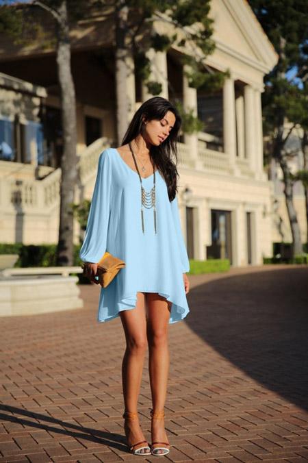 Девушка в голубой тунике