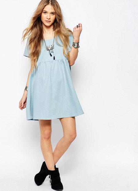 Девушка в голубом коротком летнем платье